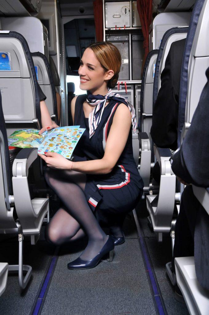 Aegean Stewardess bringt Spielzeug