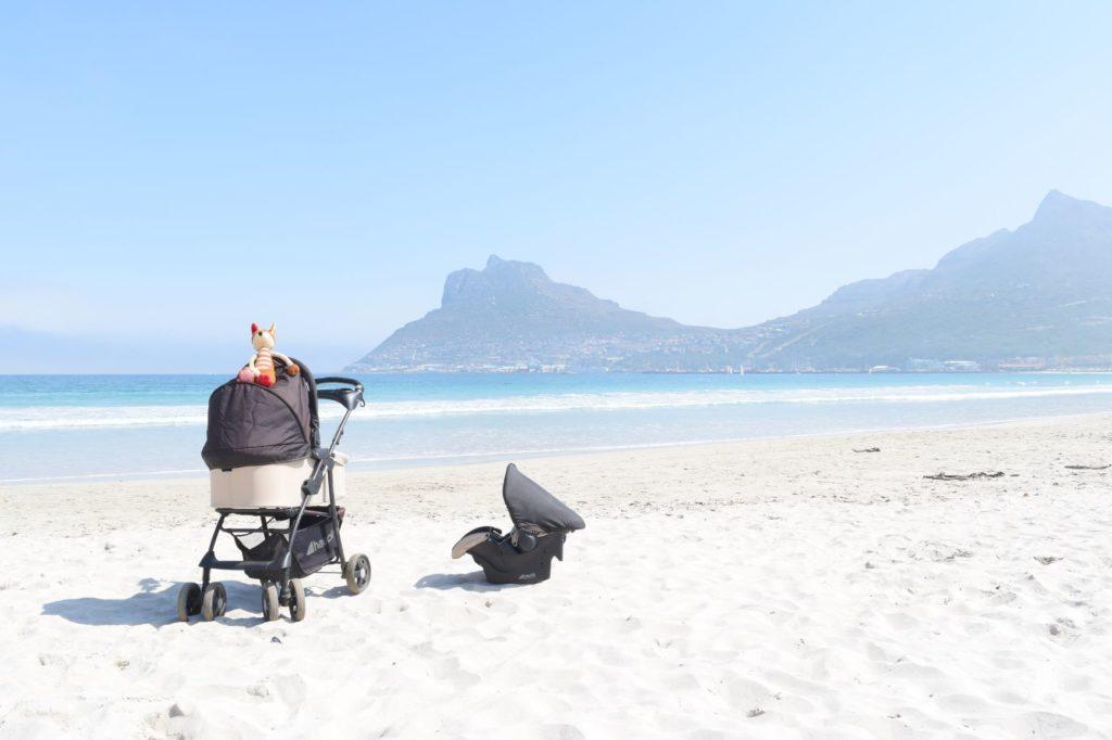Kinderwagen und Kindersitz auf Reisen