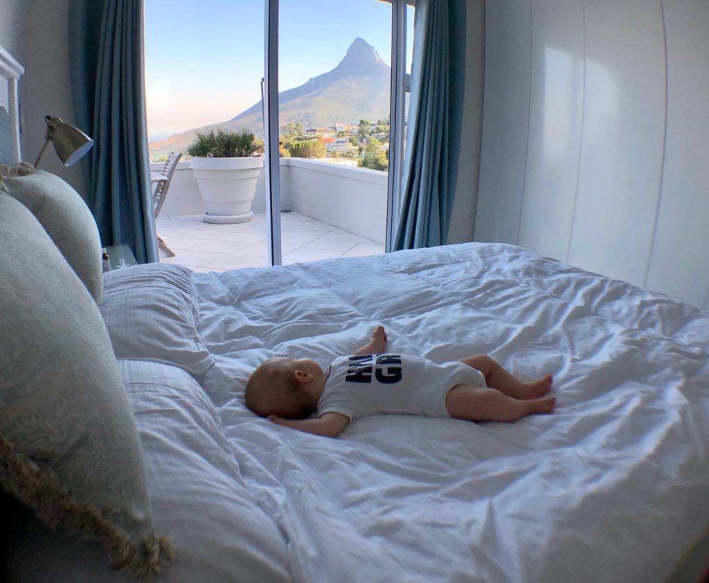 Victoria schläft im Bett mit dem Blickj auf den Lions Head im Hintergrund