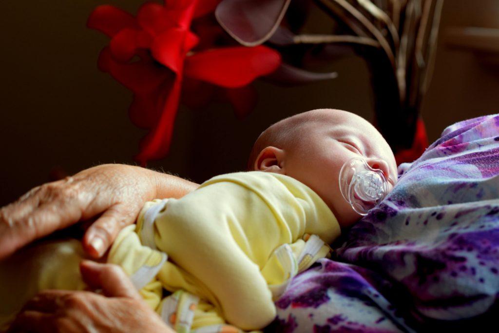 Baby Schläft auf dem Schoss