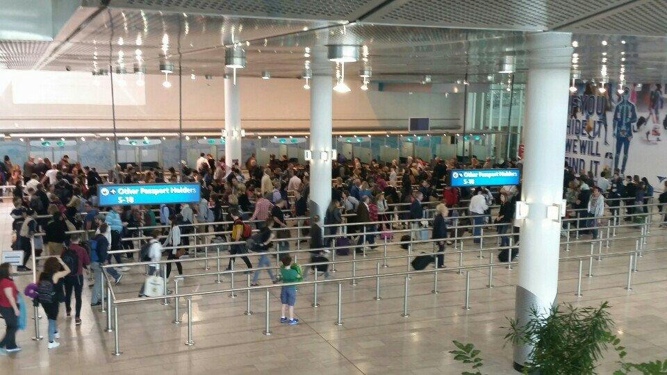 Anstehen bei der Passkontrolle in CPT Airport