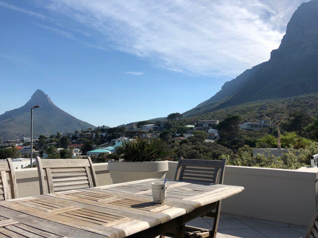 Erstmal einen guten Morgen Kaffde mit Blick auf den Lions head links und Tafelberg rechts