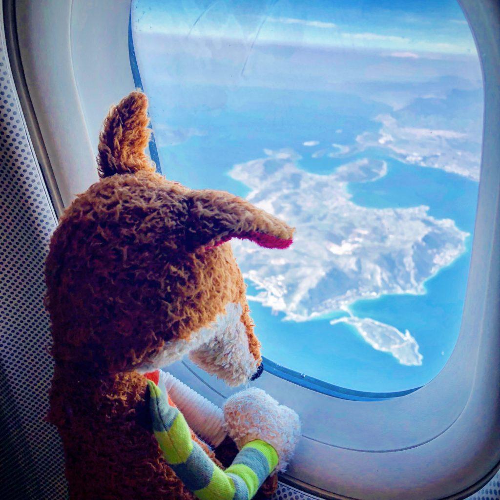 Sigit schaut aus dem Flugzeugfestern auf die Peloponnes