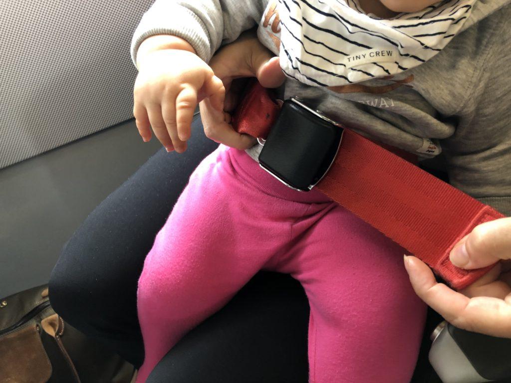 So wird der Baby Sicherheitsgurt befestigt.