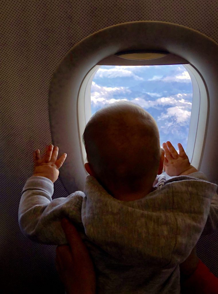 Victoria schaut aus dem Flugzeugfenster