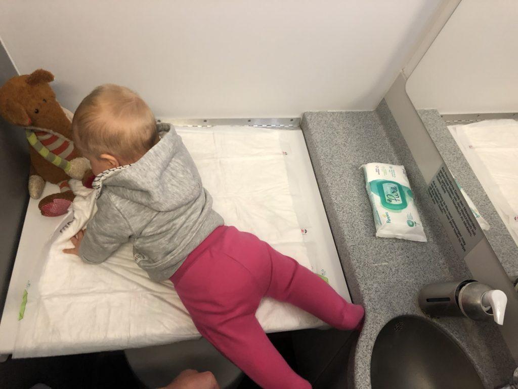 Windeln wechseln in der Lufthansa Toilette