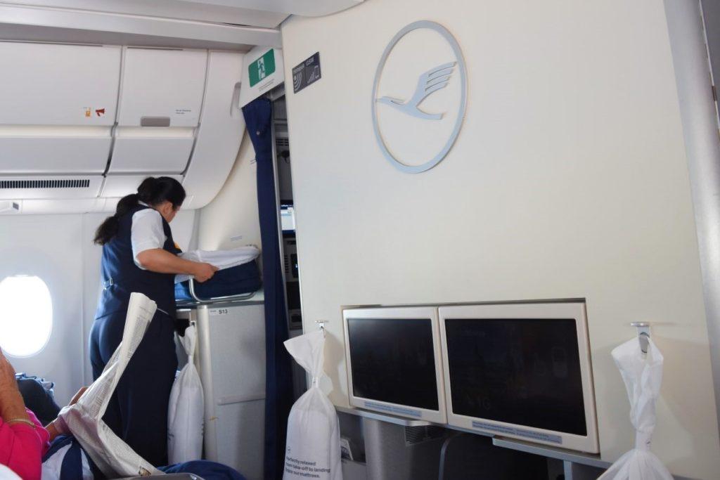 Aufbau Baby Bassinet Lufthansa Airbus A350 Business Class