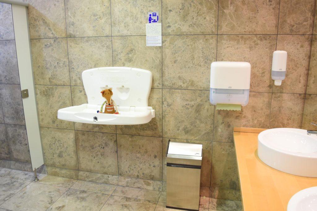 Sigi auf der Wickelschale Toilette Sala VIP Alicante Airport