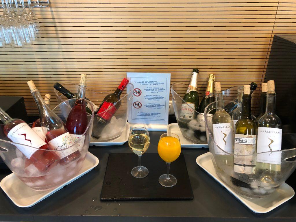 Champagner und Weißwein in der  SALA VIP Lounge - Alicante Airport