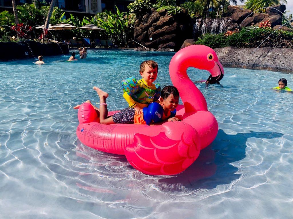 Größere Kinder haben viel Spaß mit dem Flamingo