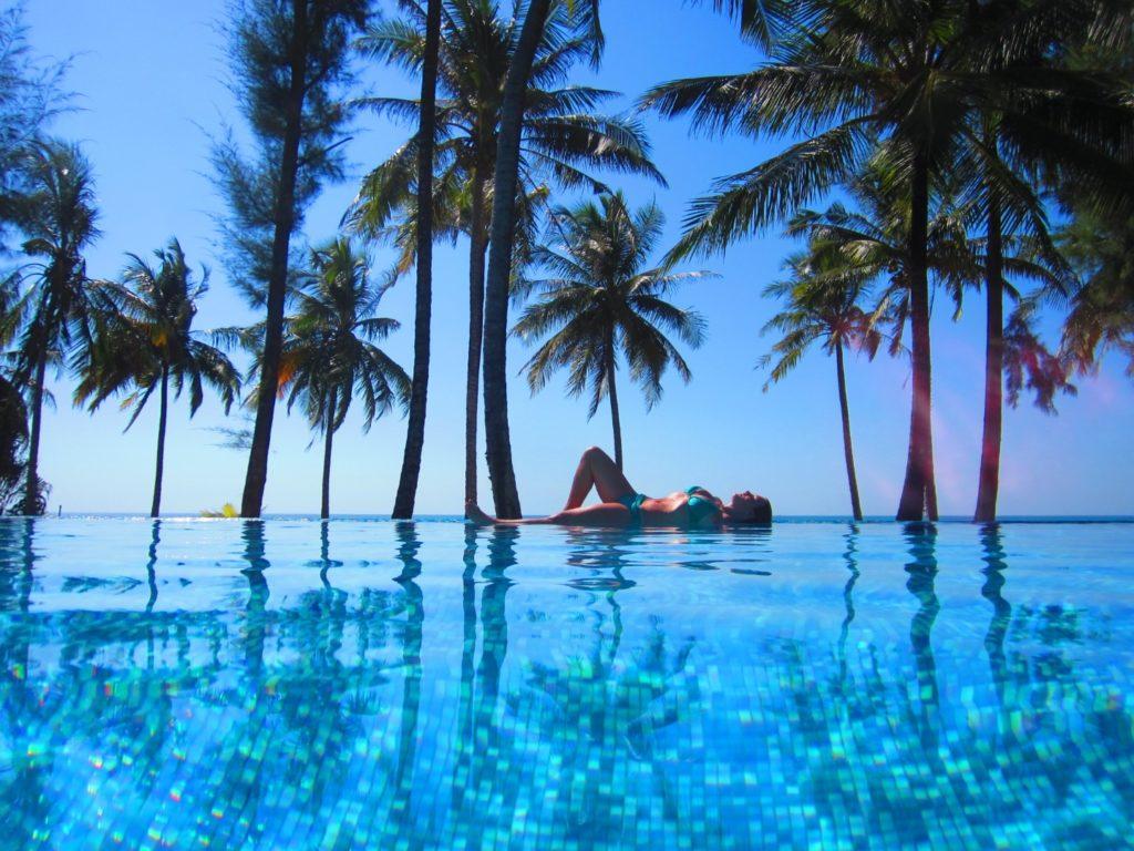 Mama entspannt am Pool in Khao Lak, Thailand
