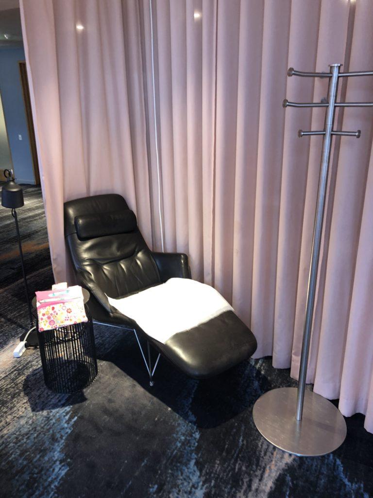 Provisorische Wickelstation:  Lounge Chair im Ruhebereich  in der SAS Gold Lounge Flughafen Kopenhagen Kastrup