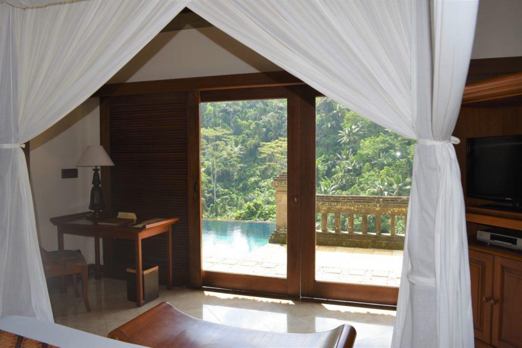 Blick auf aus dem Schlafzimmer auf den Infinity Pool im Resport Puri Walundari, Ubud, Bali