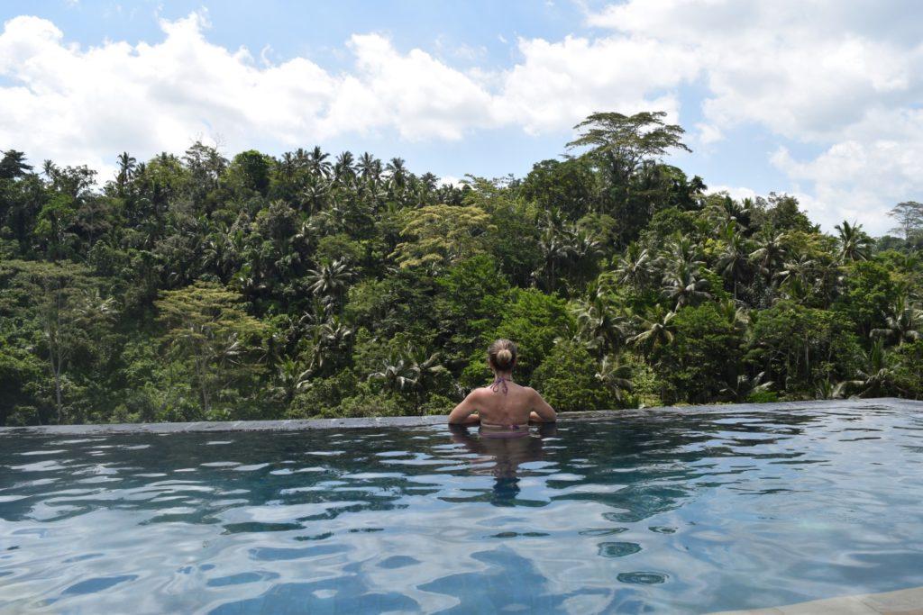 Mama im privaten Infinity Pool, im Resort Puri Wulandari, Ubud, Bali