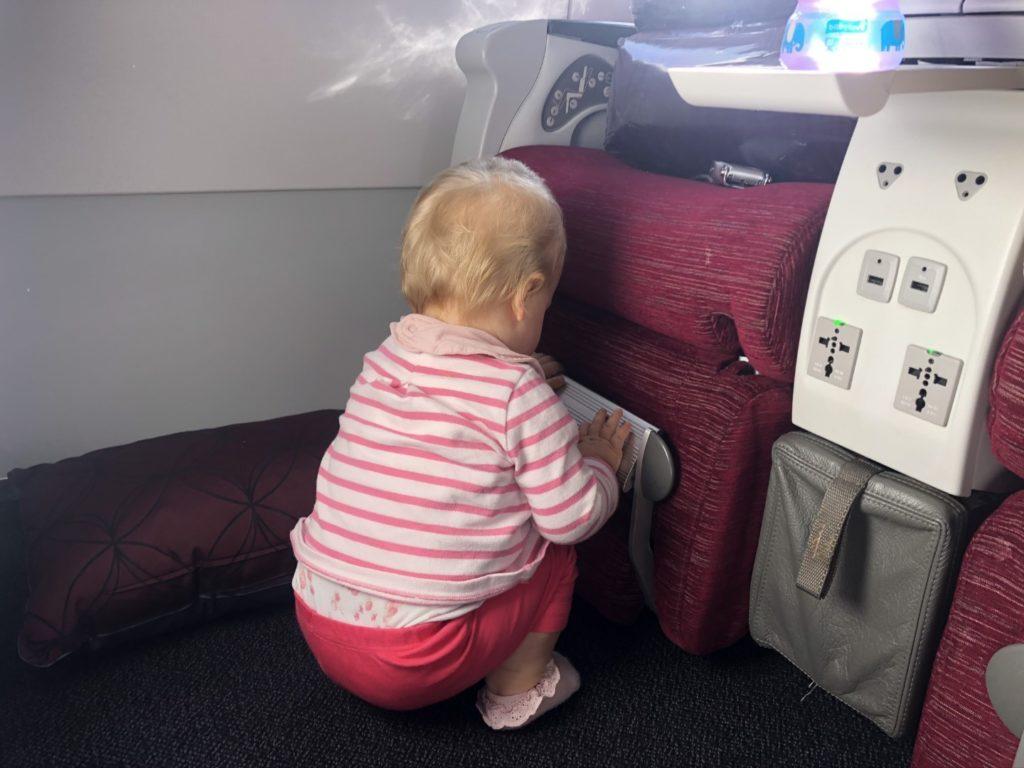 Kein Spielzeug für Babies, also muss der Sitz als Spielplatz herhalten.