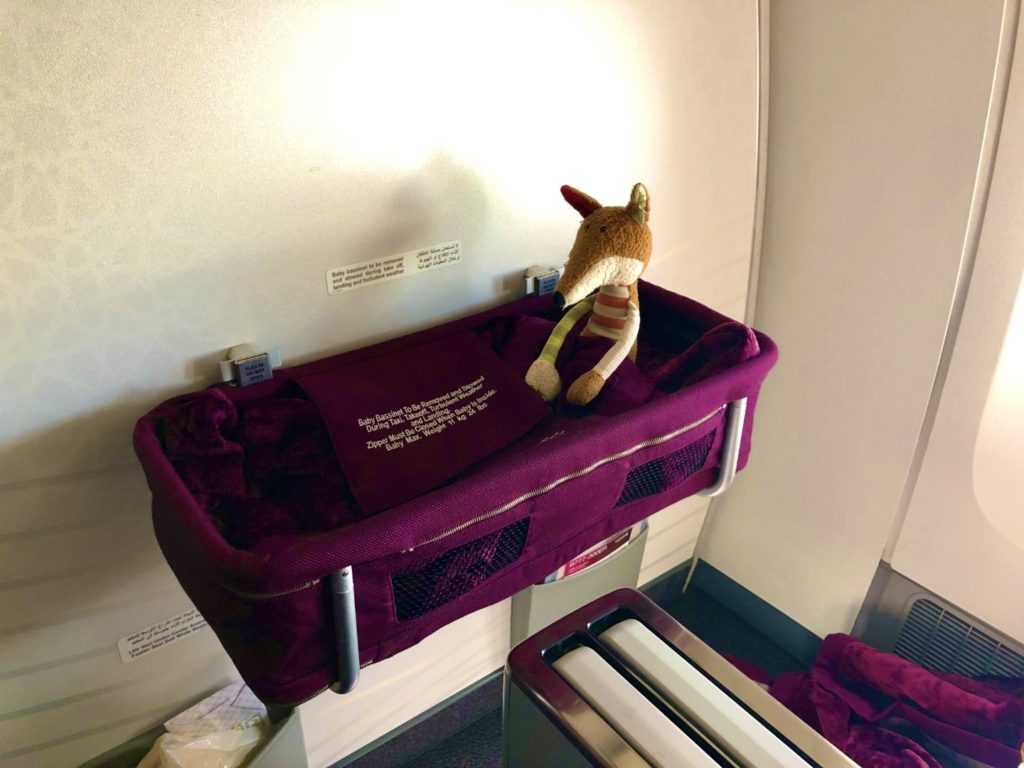 Sigi sitzt schin mal im Qatar Airways baby Bassinet Probe.