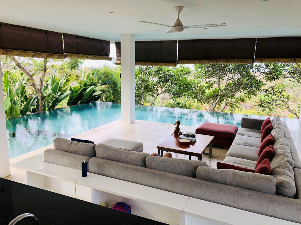 Wohnzimmer mit Pool in der eigenen AirBnB Villa, Bali