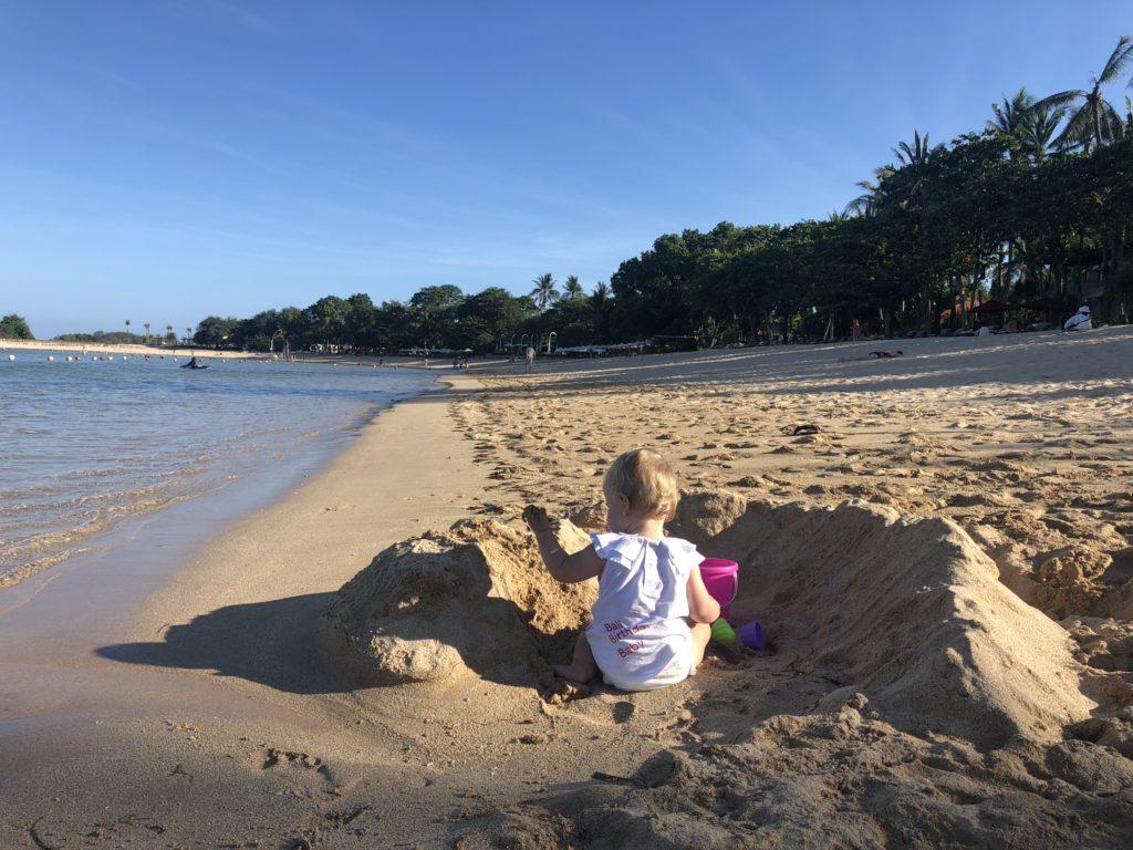Vic baut Sandburgen am Strand, Bali