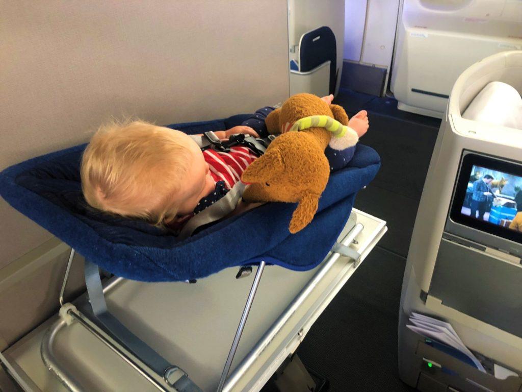 Eher Liegestuhl als Bett -  British Airways Boeing 747-400 Baby Bassinet