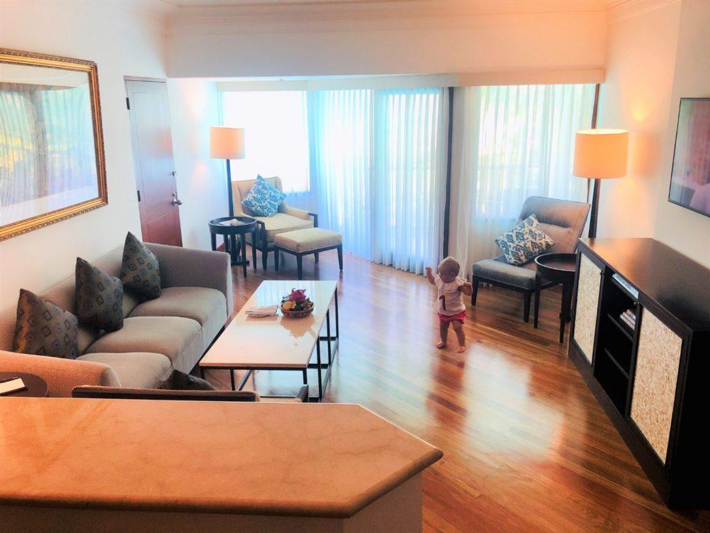 Wohnzimmer mit Sofa, Küche und Fernsehbereich