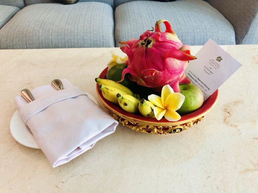 Willkommensgeschenk des Hotels - Früchtekorb mit Drachenfrucht, Apfel, Mandarine und Banane
