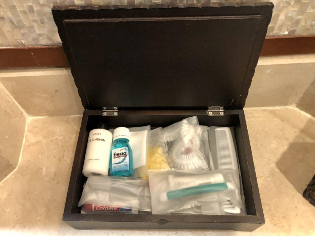 Tolle Ausstattung im Bad - selbst Mundwasser, Kamm, Zahnbürste, Kamm, Rasierer und Duschhaube sind kostenlos verfügbar