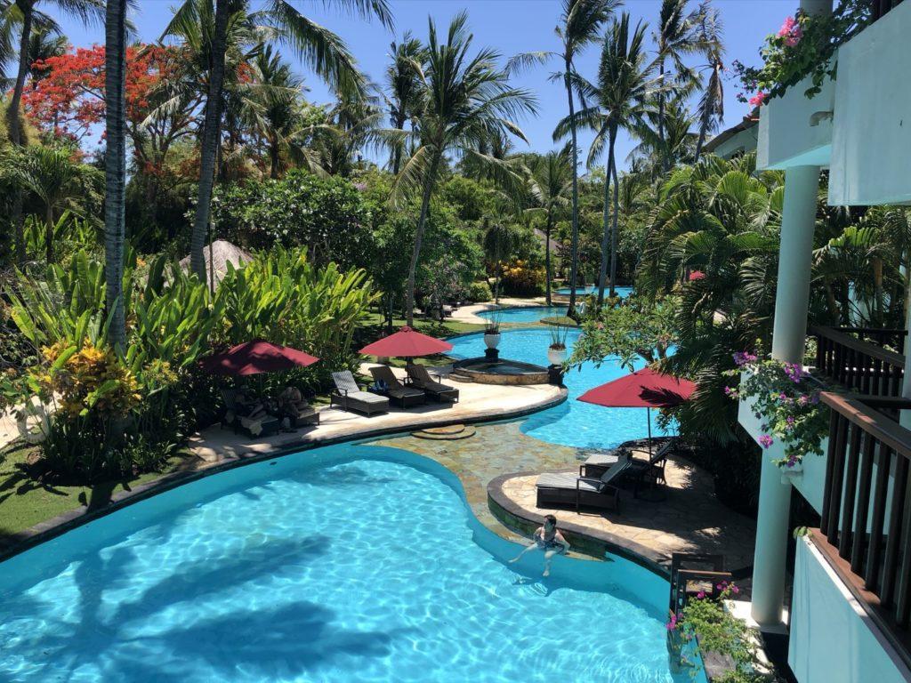 Tolle Pool-Landschaft komplett um das Hotel herum