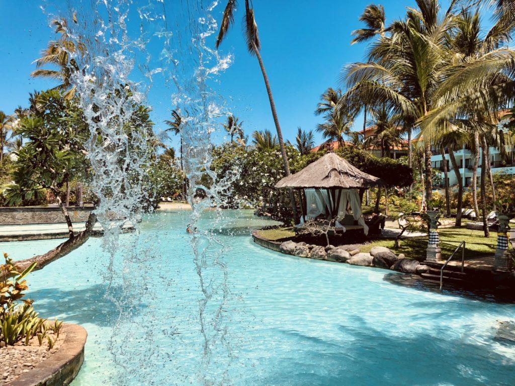 Wasserfälle und überdachte Liegeflächen zum Entspannen in der Lagune