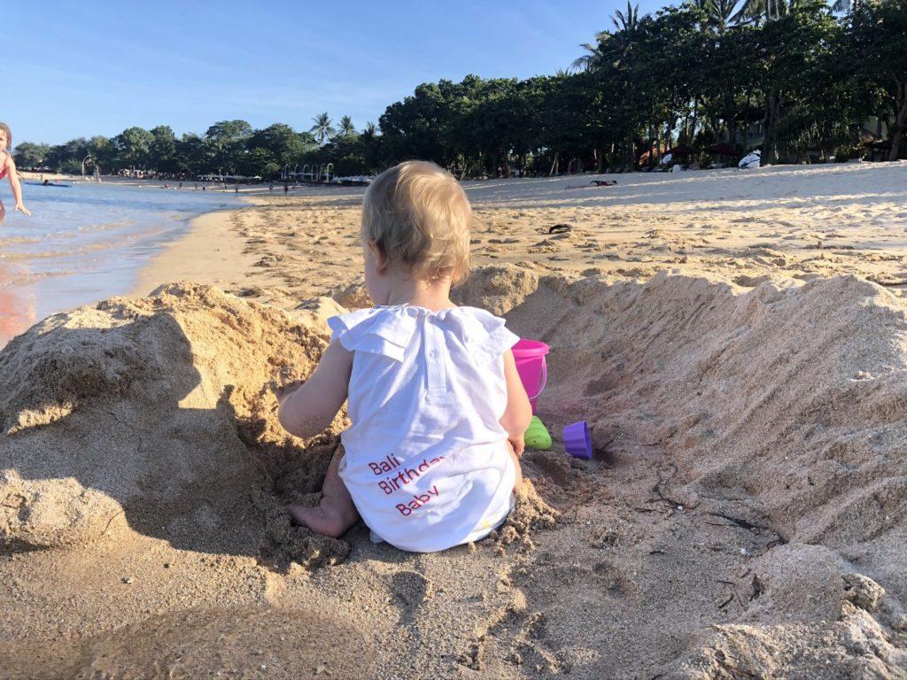 Sandburgen bauen auf der Trauminsel Bali