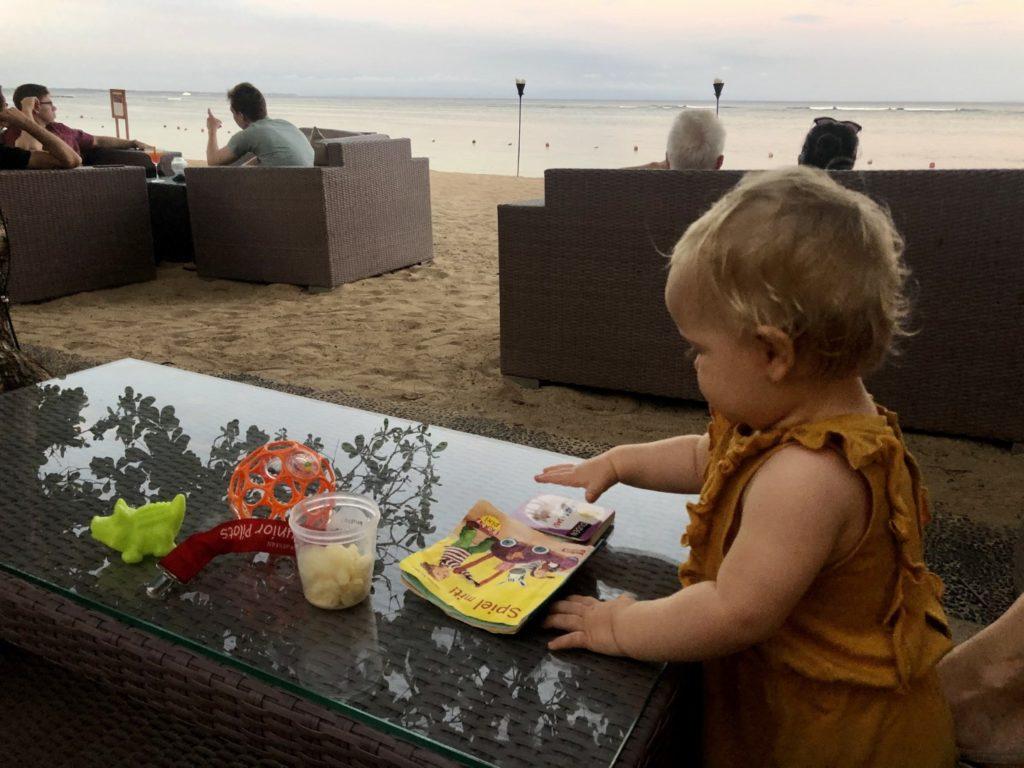 Sundowner an einer der Strand Bars ... auf dem Tischen kann man als Baby gut spielen