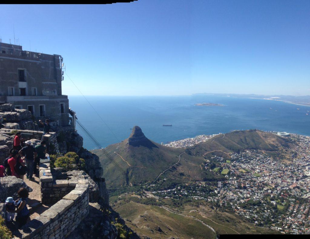 Der Tafelberg mit Blick auf den Lion's head und Kapstadt direkt neben der Bergstation der Seilbahn