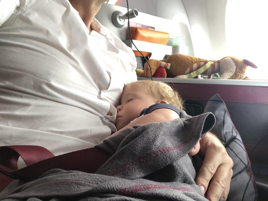 Am liebsten schlafe ich auf Papas Arm und das recht geräumig im wunderbaren Airbus A350