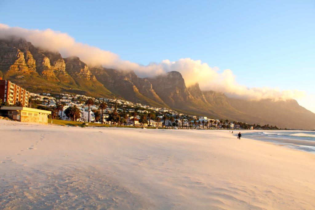 Strand von Camps Bay mit den 12 Aposteln Kapstadt Südafrika