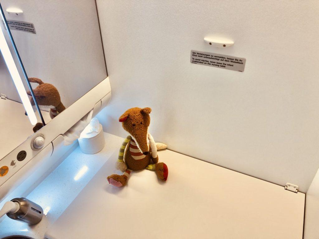 Lufthansa Airbus A380 Economy Class - Toilette und Wickeltisch - größer als in der Business Class