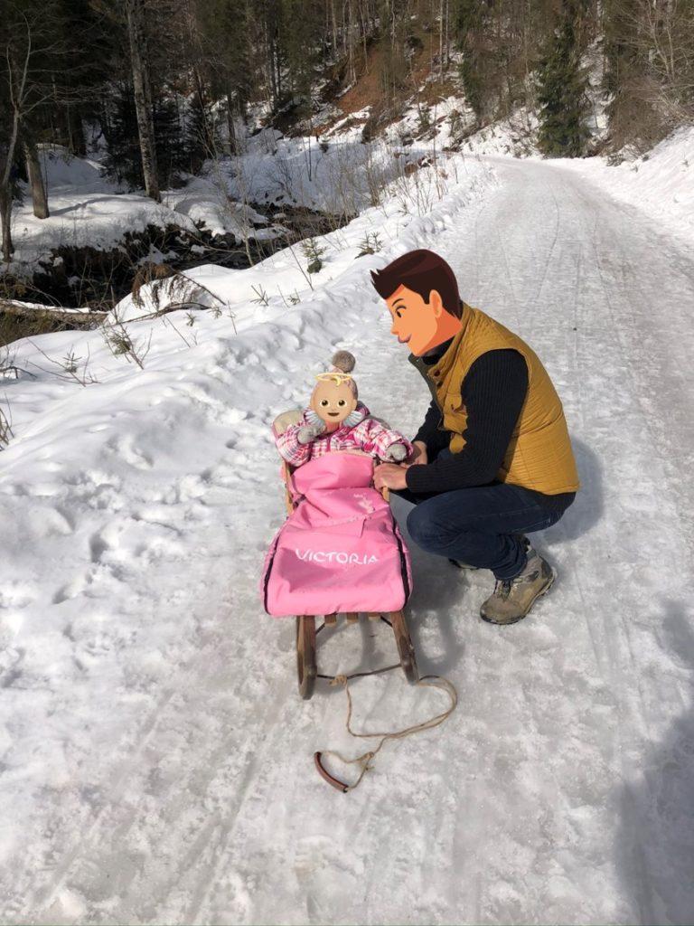 Vic nach erfolgreichen 5km Rodeln von der Schwarzentennalm in ihrem wunderschönen Schlitten