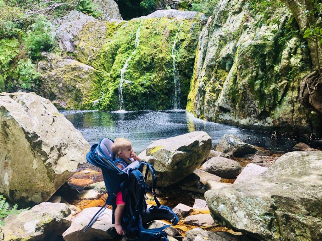 Wunderschöne versteckte Lagunen mit kleinen Wasserfällen