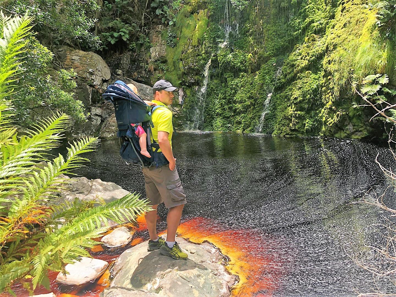 Leopard Kloof Wasserfall mit eingefärbten Wasser