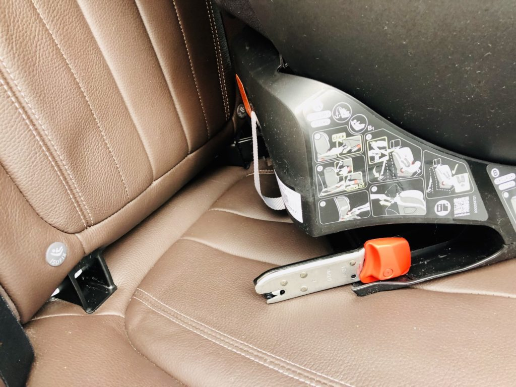 Isofix mit schwarzen Adapter, um die Metallschiene zu verstecken