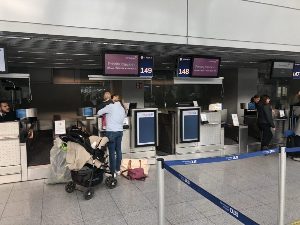 Eurowings Check-in Schalter am Flughafen Düsseldorf (DUS)
