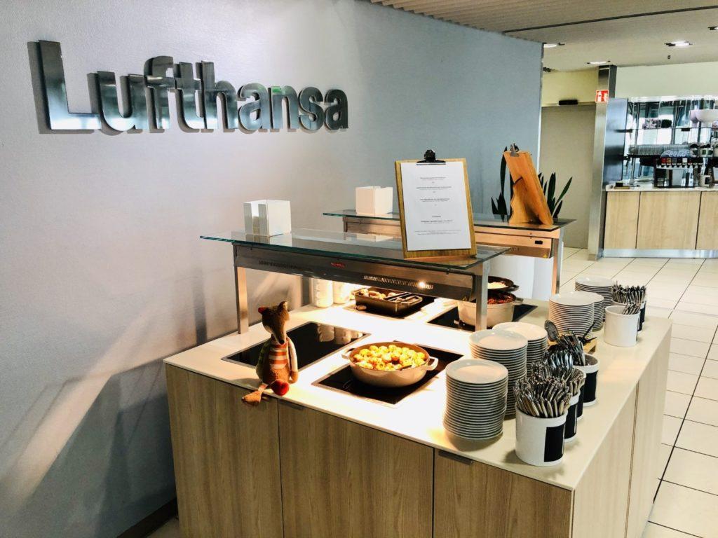 Weiteres warmes Buffet in der Lufthansa Business Lounge am Flughafen Düsseldorf