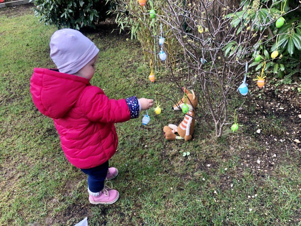 Ei für Ei kommt auf den Osterstrauch