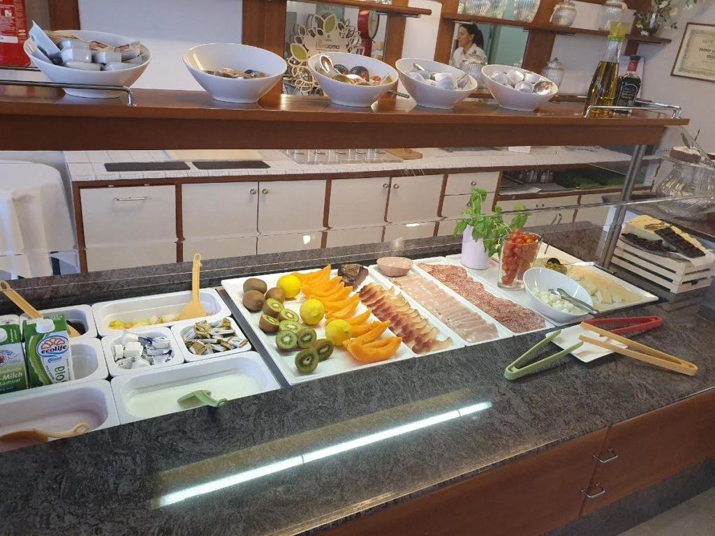 Leckeres Frühstücksbuffet im Hotel Bernacus in Malcesine am Gardasee