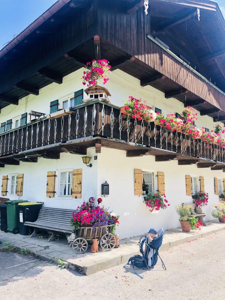 Schöne Fachwerkhäuser am Mühlbach in Lengries