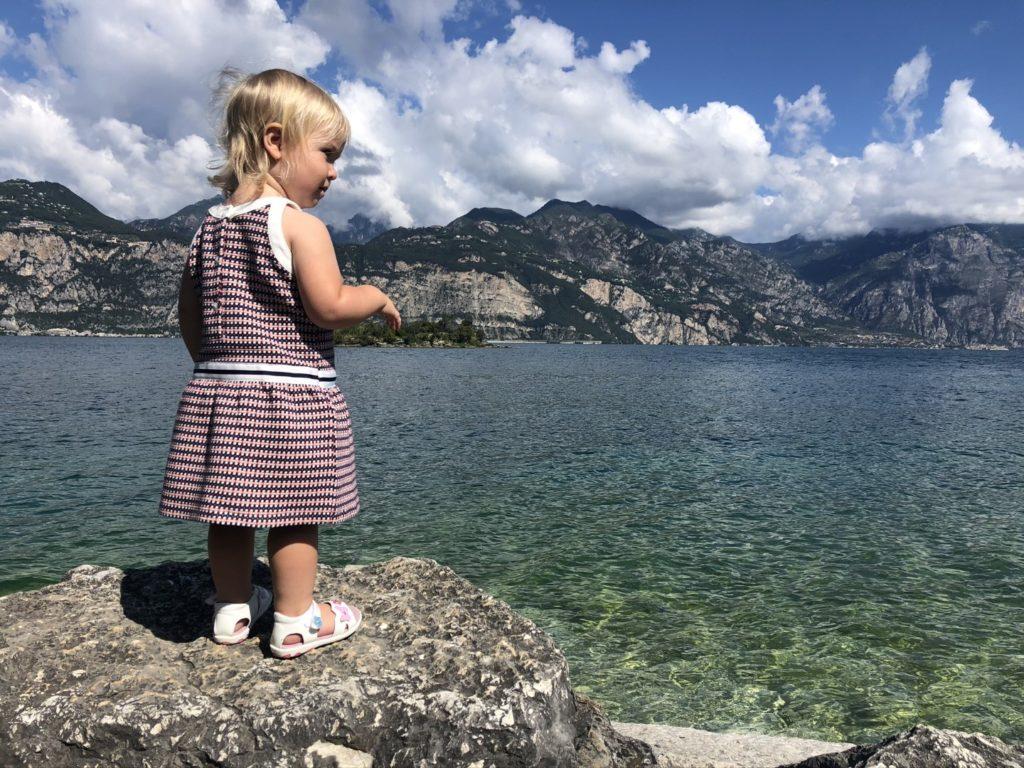 Spielen am Ufer des Gardasees