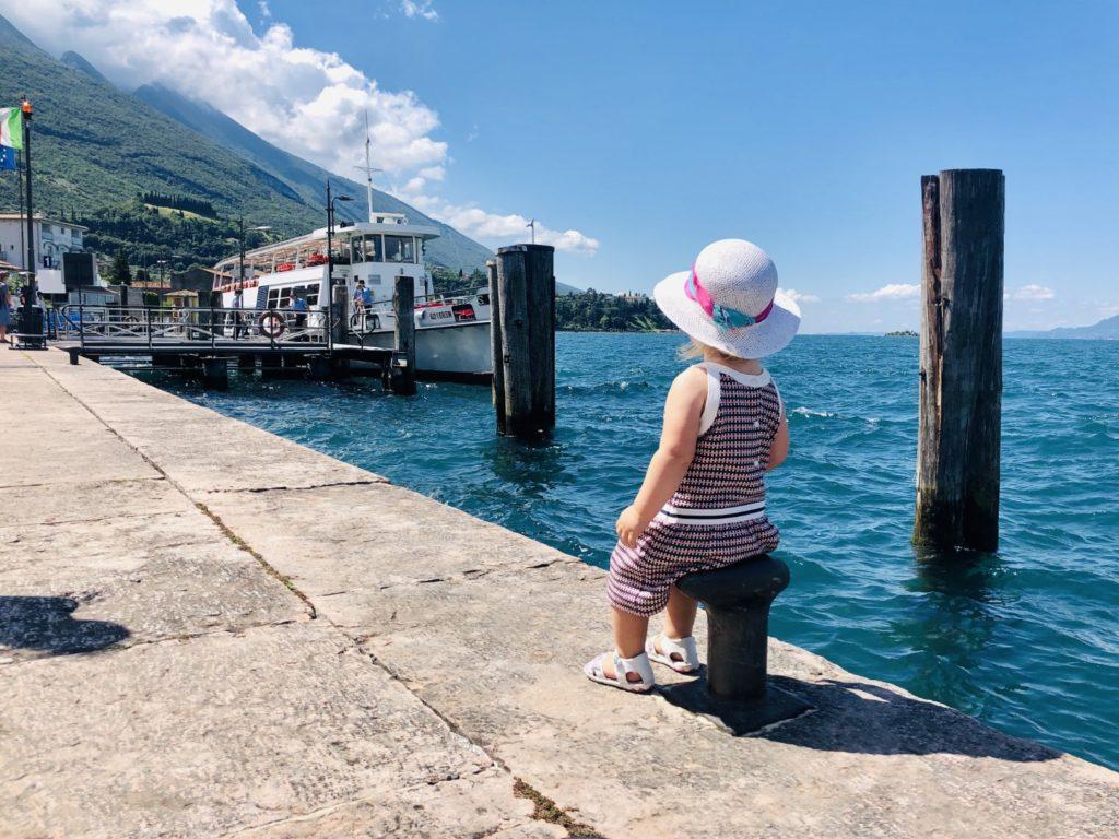 Chillen am Hafen von Malcesine am Gardasee