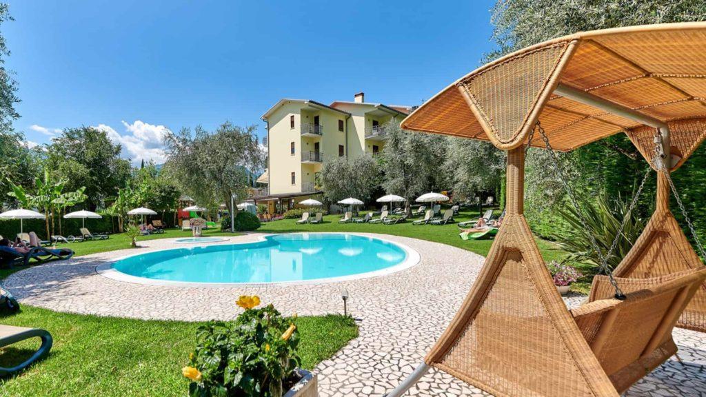 Pool und Whirlpool mit Olivenbaumgarten am Gardasee