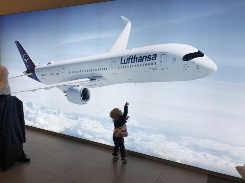 Vic on Vacation vor dem Airbus A350